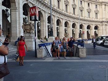 Вход в метро Рима