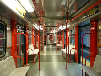 В вагонах метро Милана