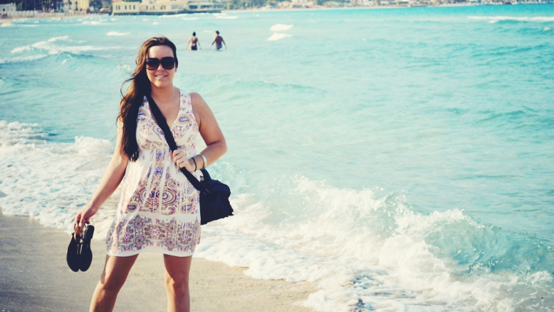 Девушка на пляже Монделло в Сицилии