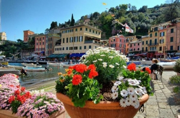 Фото города Портофино с яркими цветами