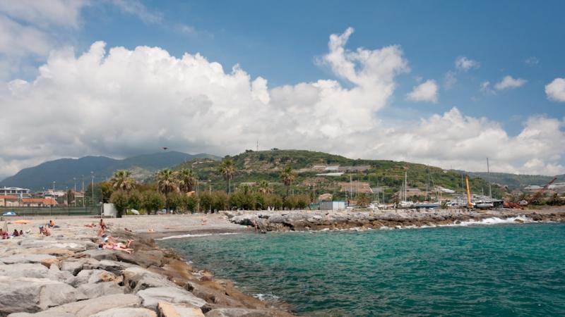 Каменистый пляж на море в Сан-Ремо