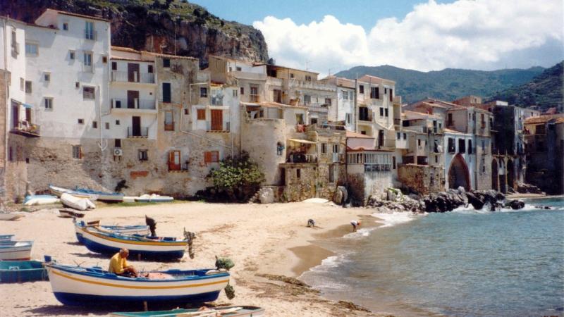 Лодки на пляже Чефалу в Сицилии