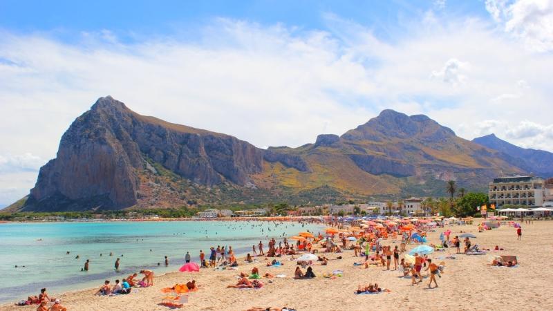 Люди отдыхают на пляже Сан Вито Ло Капо в Сицилии