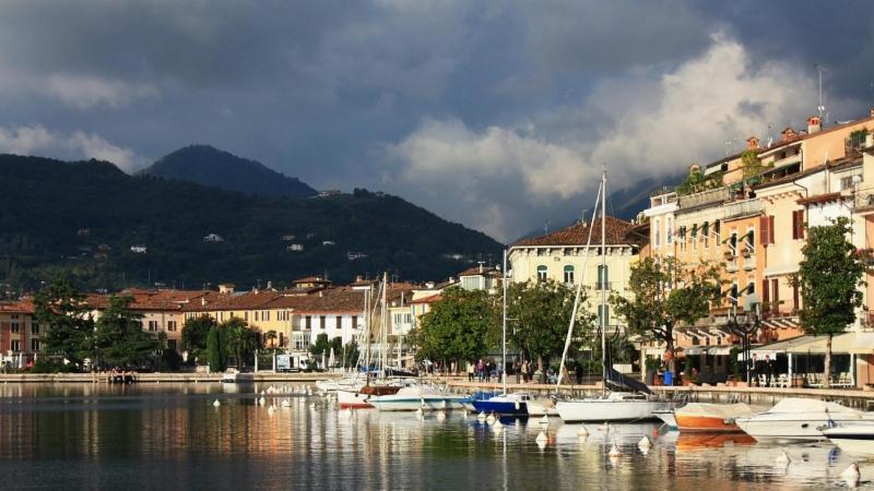 Набережная итальянского городка Сало на озере Гарда