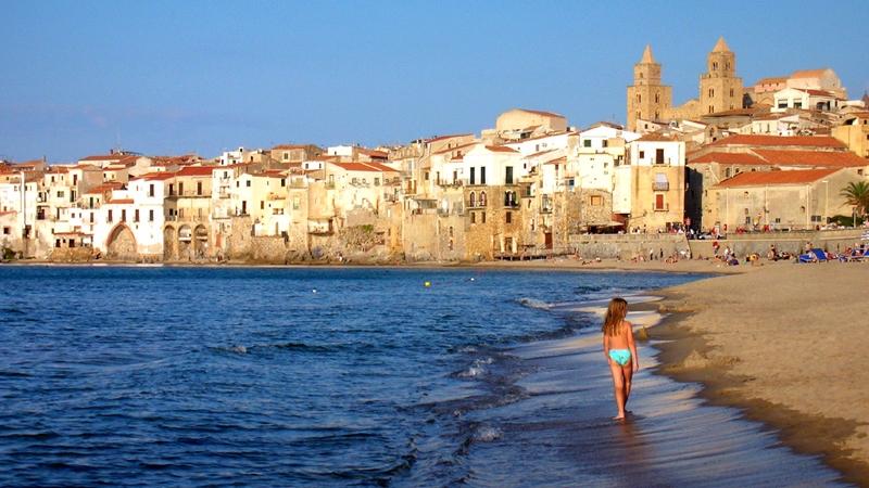 Побережье Сицилии и девочка на берегу