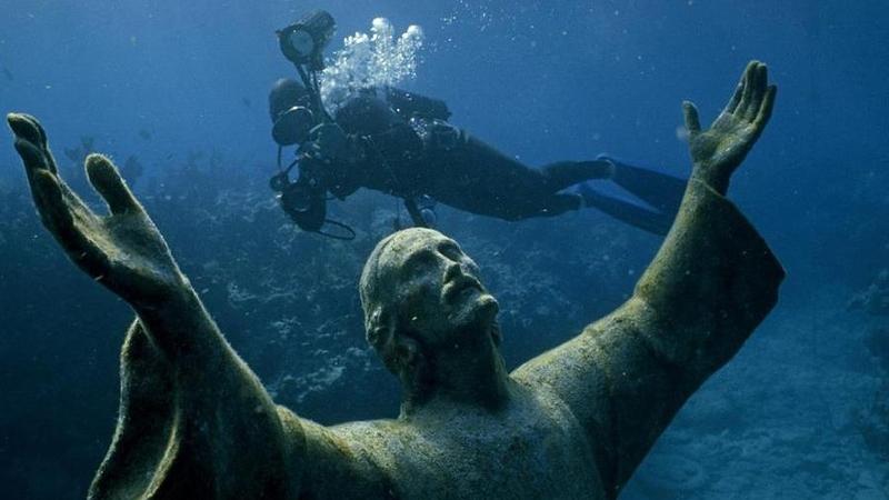 Подводная статуя Христос в бездне