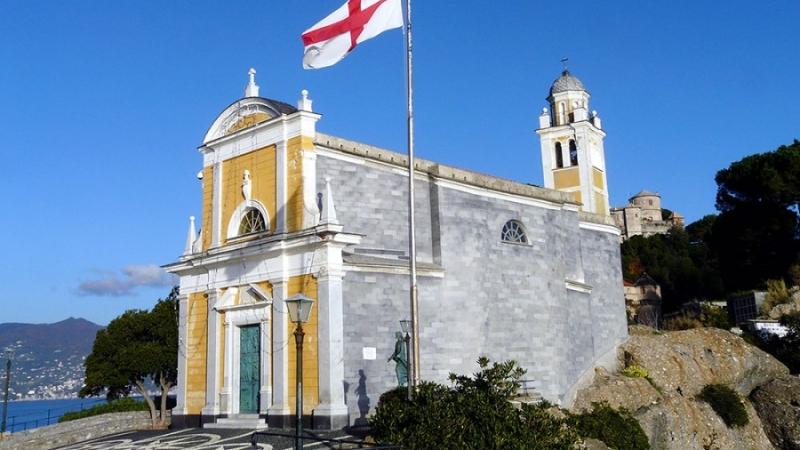 Церковь Святого Георгия на фоне голубого неба в Портофино
