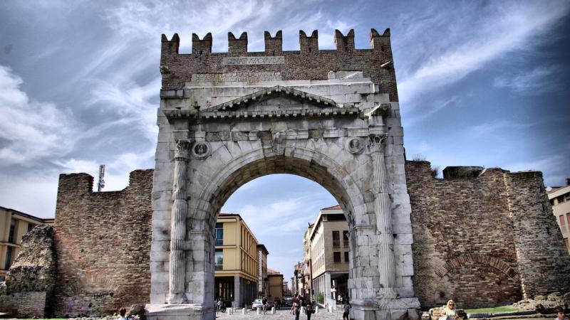 Знаменитая арка Августа в Римини
