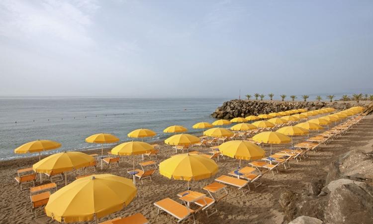 Песочный пляж при отеле в Джардини Наксос