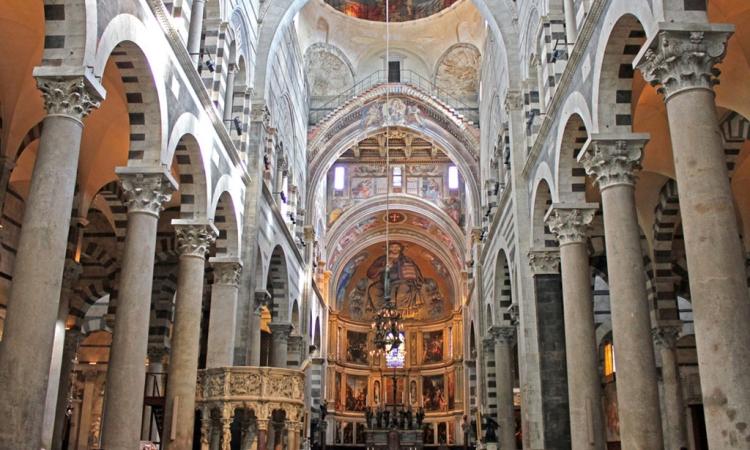 Собор в Пизе изнутри с фресками и лампой Галилея
