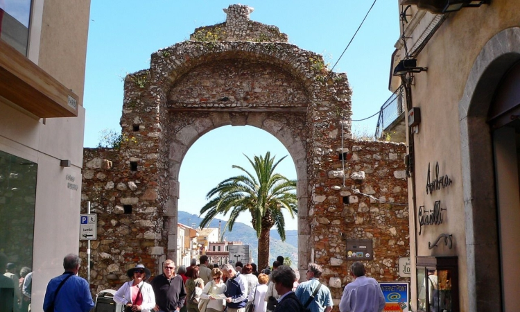 Входные ворота в старый город в Таормине