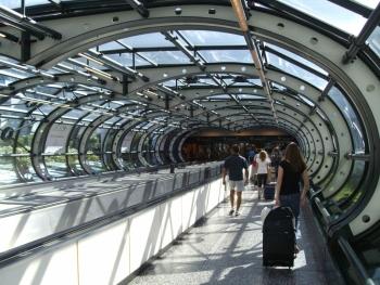 Коридор между терминалом 1 в Мальпенса и выходом к вокзалу