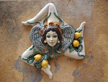 По всему Чефалу продают сувениры-трискелионы
