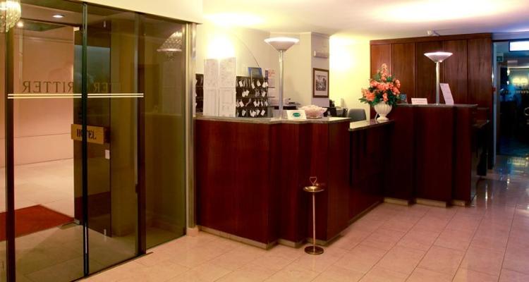 Холл и администраторская стойка в отеле Ritter в Милане