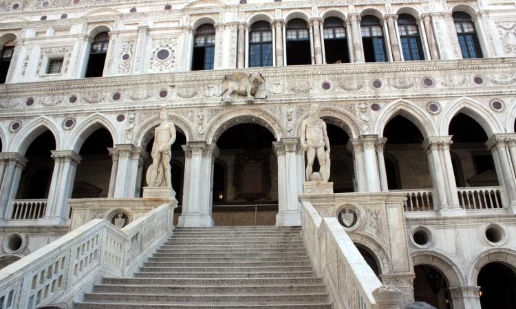 Вход во Дворец дожей и статуии Нептуна и Марса