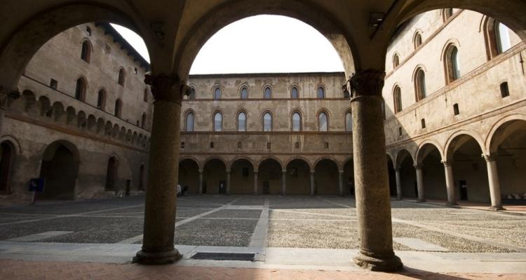 Внутренние дворы в замке Сфорца