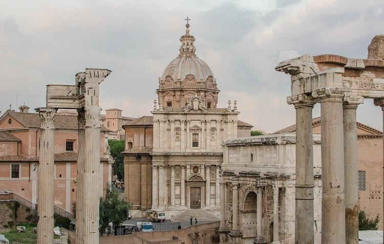 Храм Фаустины и Антонина - величественные строения Римского форума