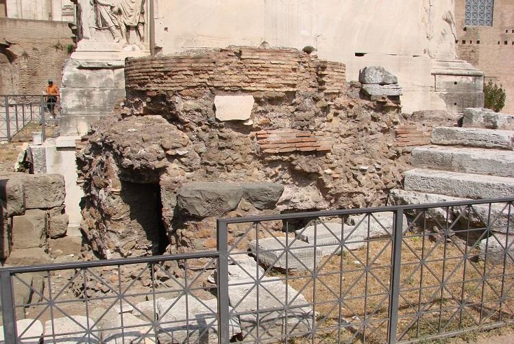 Пуп земли - загадочное сооружение площади Римского форума