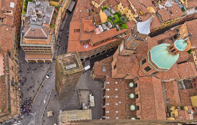 Чем славятся две падающие башни в Болонье - славном городе Италии