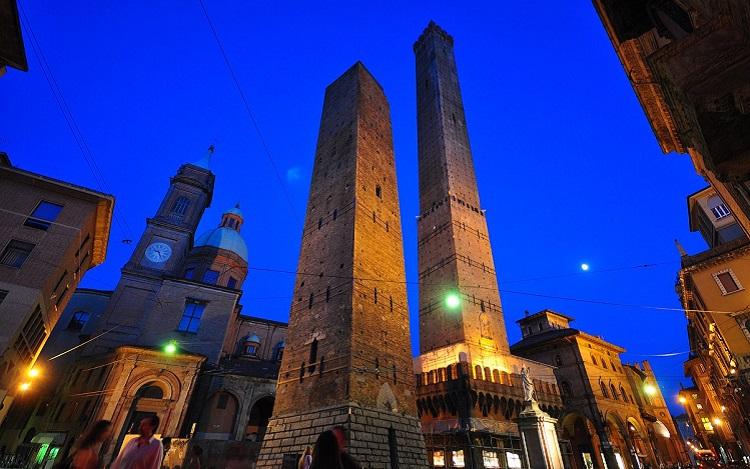 Достопримечательности Болоньи - две падающие башни в Италии