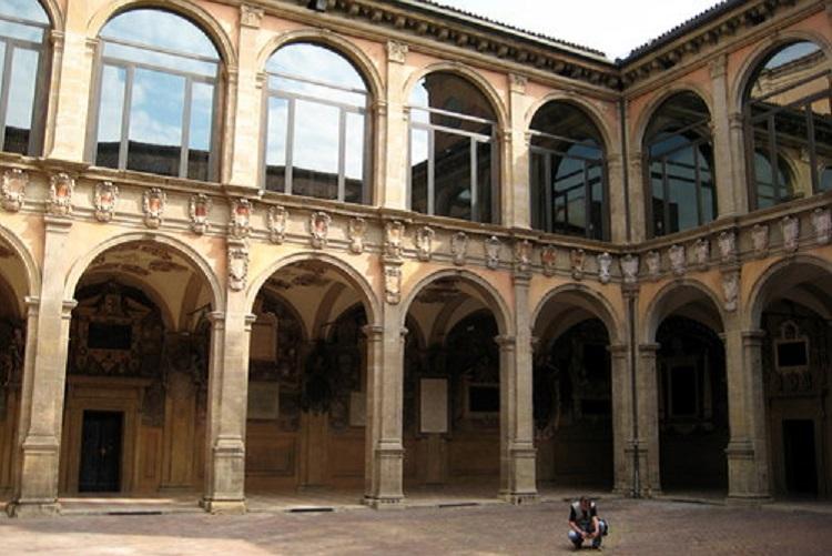 Достопримечательности Италии - дворик Болонского унивеситета