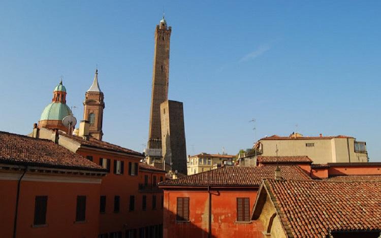 Две падающие башни Болоньи - история создания достопримечательности
