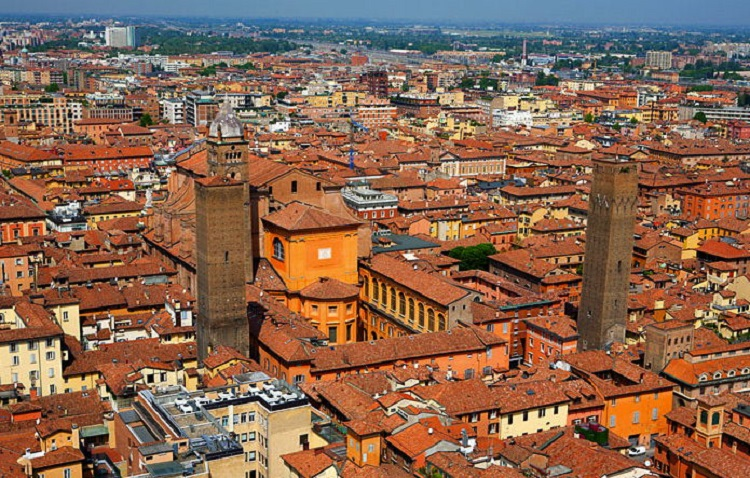 Туристический обзор - падающие башни города Болонья