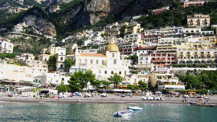 Древний итальянский город Салерно на побережье Тирренского моря