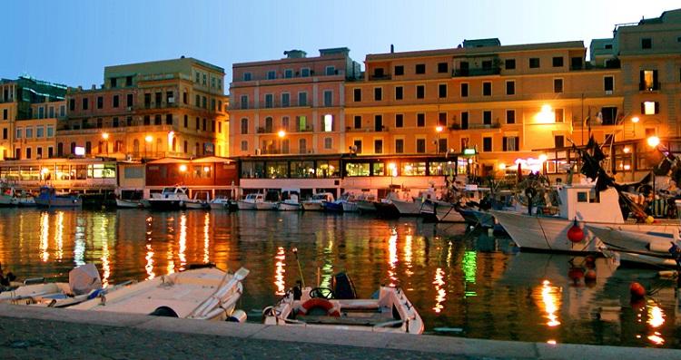 Город-порт Анцио на побережье Тирренского моря в Италии