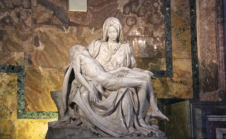 Статуя Микеланджело Оплакивание Христа находится в Соборе Святого Петра
