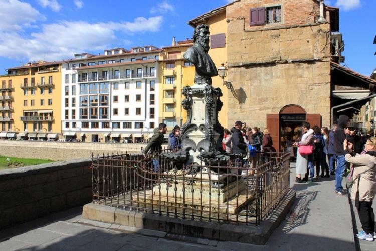 Достопримечательности Флоренции - знаменитый Золотой мост Понте Веккьо