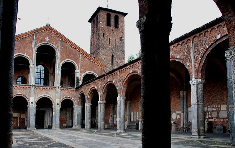 Чем интересен памятник архитектуры — базилика Святого Амвросия в Милане