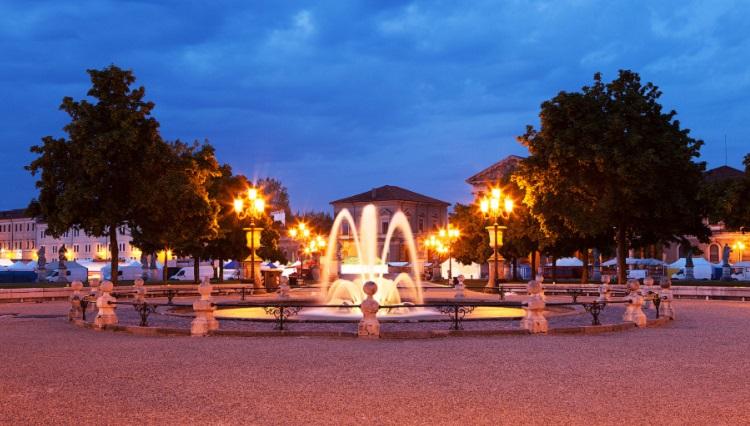 Прато делла Валле - знаменитая площадь Падуи в вечернее время