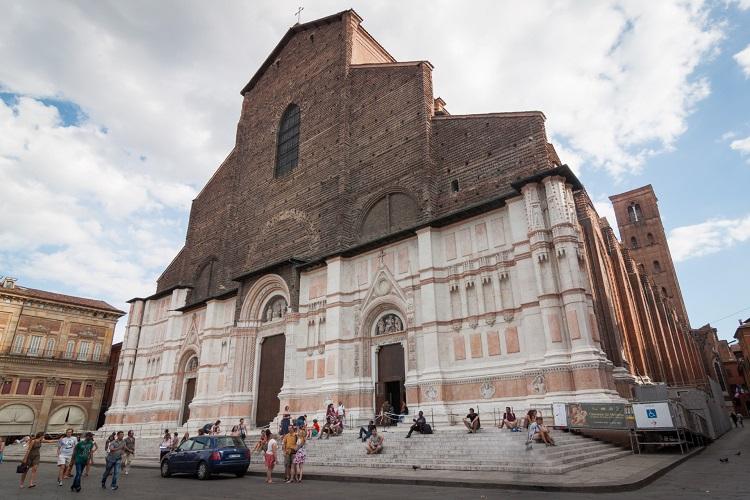 Время работы и стоимость билетов в базилику Сан Петронио