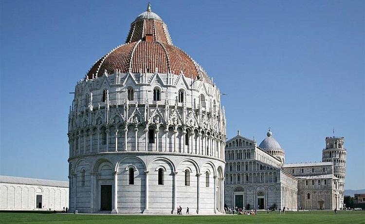 Пизанский Баптистерий - одна из знаменитых строений площади чудес