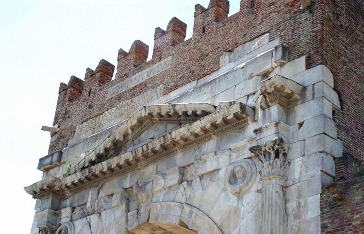 Чем знаменита триумфальная арка Августина в городе Римини в Италии