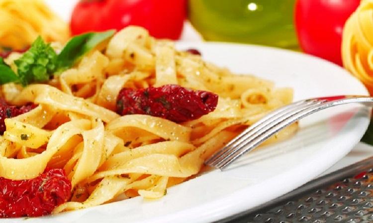 Фетучини с копченой курицей и овощами - рецепт приготовления итальянского блюда