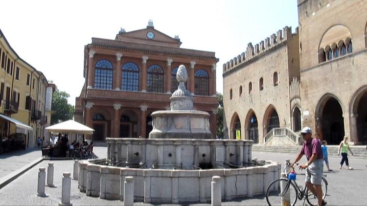 Фонтан Пинья на площади Кавур в Римини