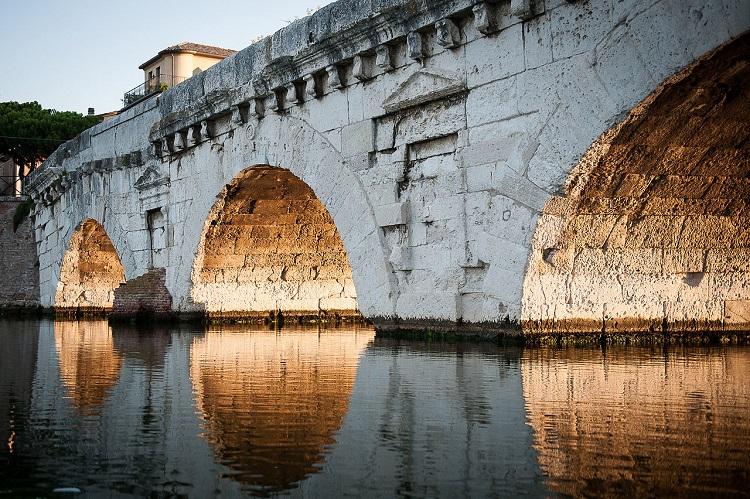 Фото и описание древнего моста Тиберия в Римини