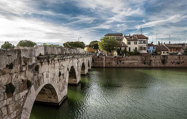 Легенды, связанные с достопримечательностью Римини — мостом Тиберия