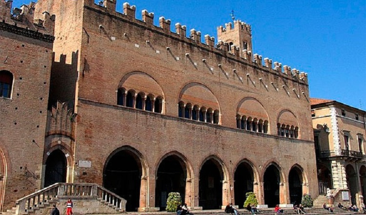 Палаццо дель Подеста на площади Кавур в Римини