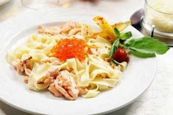 Приготовление фетучини с семгой в сливочном соусе - пошаговый рецепт