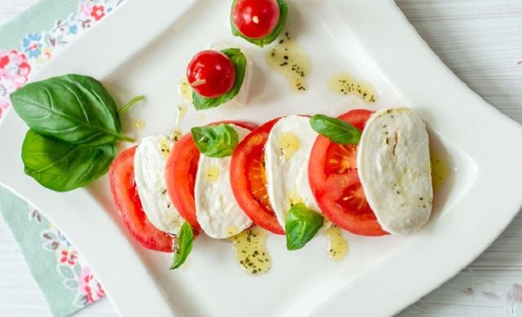 Рецепт приготовления салата капрезе с соусом песто