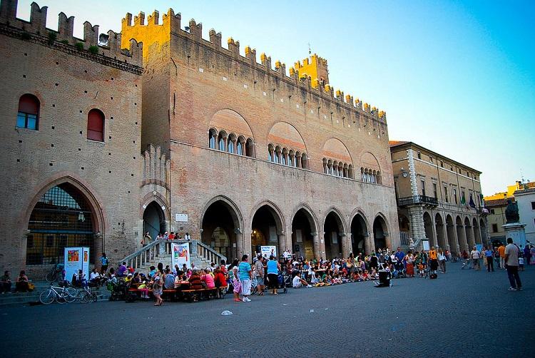 Рынок на площади Кавур в Римини