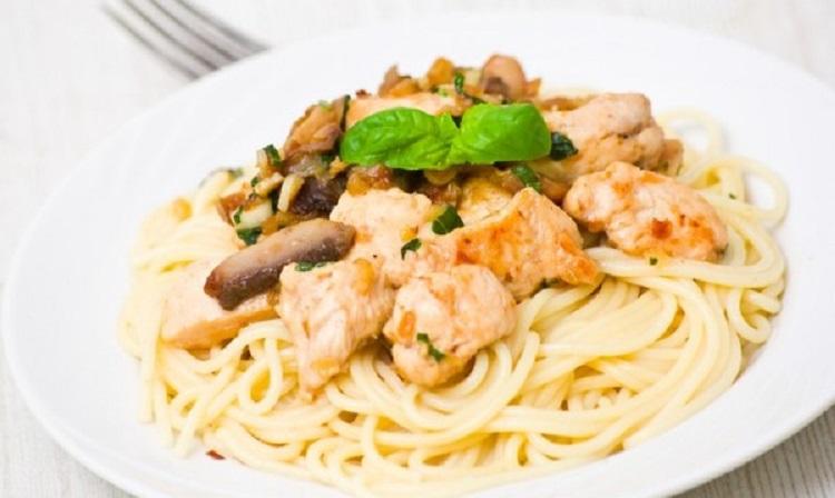 Спагетти с курицей и грибами в сырно-сливочном соусе - пошаговый рецепт