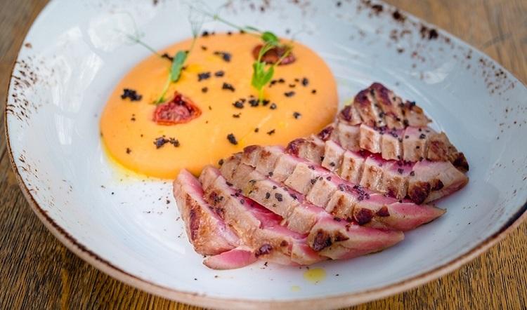 Тальята из тунца с авокадо под соевым соусом и лаймовым соком