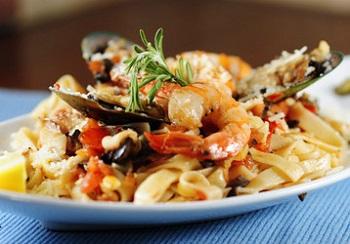 Выбор продуктов для приготовления фетучини с морепродуктами