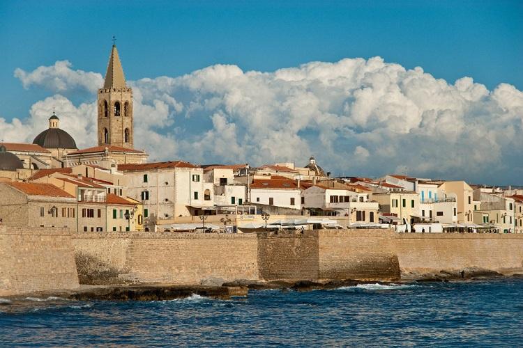 Альгеро - популярный туристический город на Сардинии