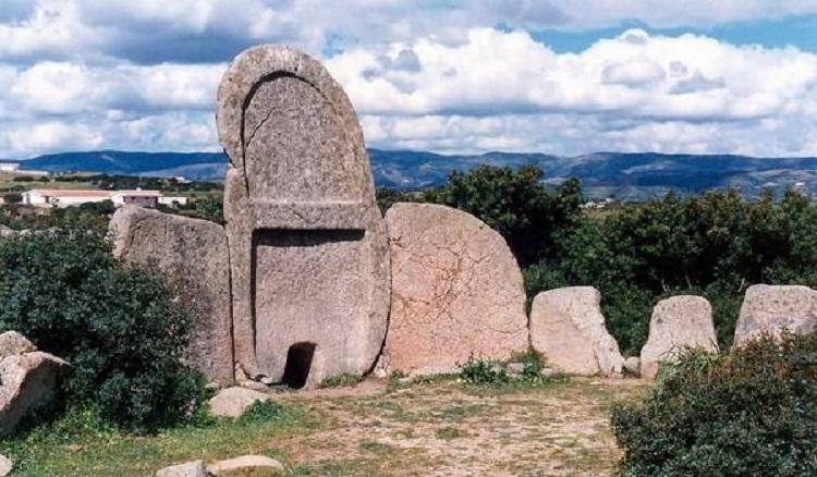Достопримечательности Сардинии - знаменитые гробницы гигантов
