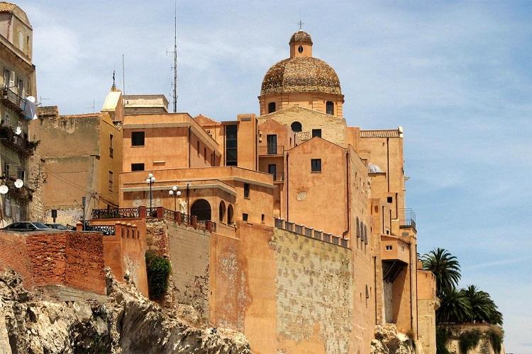 Кафедральный собор (Санта-Марии) в итальянском городе Кальяри